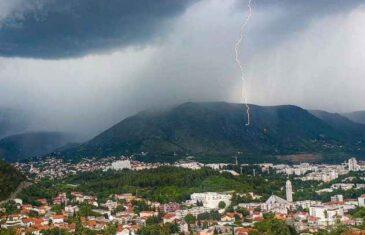 ZASTRAŠUJUĆI SNIMCI IZ GRADA NA NERETVI: Snažna oluja poharala Mostar, razbacane terase, poplavljeni lokali, odroni…