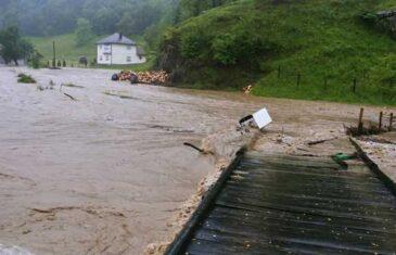 Voda se probija u kuće: Poplave ozbiljno prijete mjestima u Srebreniku, Kladnju, Sapni…