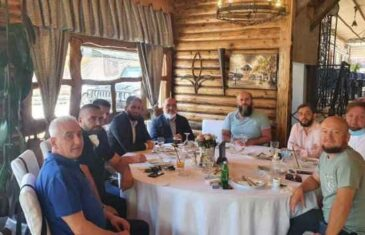 Kad je nastala ova fotografija: Nit' maske nit' distance… Direktor Hitne pomoći u 'bliskom susretu' sa Zukorlićem