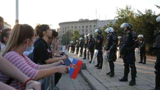ZAPALJENA NARODNA SKUPŠTINA?! Demonstranti bakljama napali policiju, ona uzvratila suzavcem!