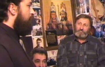 Zdravko Krivokapić u društvu četničkih vojvoda ispod slike Radovana Karadžića