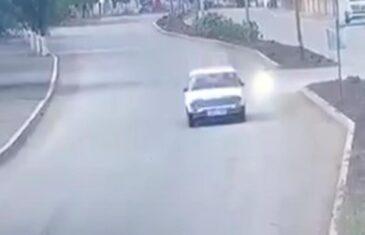HIT SNIMAK! NEUNIŠTIVA LADA PREŽIVJELA AZERBEJDŽANSKE PROJEKTILE: Vozač nastavio da vozi kao da se ništa nije dogodilo