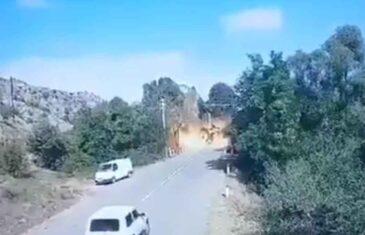 DOK SE AUTO PRIBLIŽAVA PROJEKTIL PADA ISPRED NJEGA: Ovo je trenutak napada na most koji povezuje Armeniju i Nagorno-Karabah