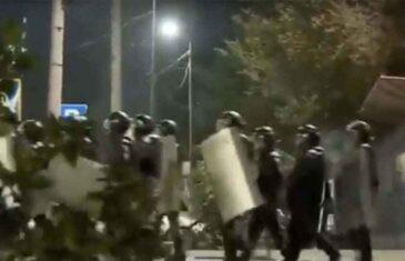 DRAMATIČNI PRIZORI S LICA MJESTA: Nakon okršaja sa policijom, demonstranti oslobodili bivšeg predsjednika države…