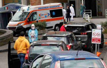 (FOTO) NEVJEROVATNE SCENE IZ ITALIJE: Covid van kontrole, građani primaju infuziju na parkingu bolnice, čekaju test i umiru…
