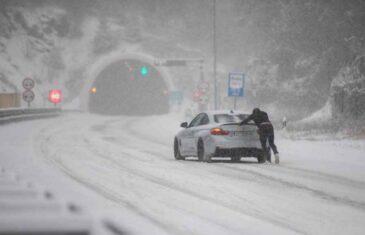 O NJEMU BRUJI INTERNET: Vozač BMW-a u Hrvatskoj satima gurao vozilo po snijegu, svi su mu se smijali, a onda se iznenada oglasio…
