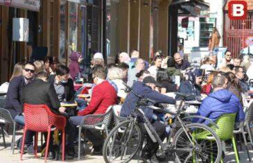 """""""SB"""" NA LICU MJESTA: Koga briga za koronu? Sarajevske ulice pune, građani šetaju, piju kafu i raduju se prazniku, pogledajte…"""
