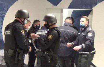 PROCURIO VIDEO: Napetih 60 sekundi na sarajevskom aerodromu, pogledajte šta je Darko Elez imao na sebi tokom izručenja
