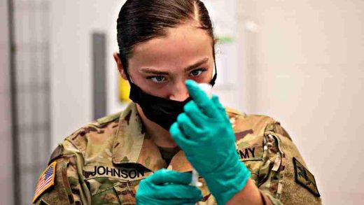 Nametanje loše osmišljenog obaveznog vakcinisanja Oružanim snagama Sjedinjenih Država ide u korak sa katastrofalnim maršem vojske ulijevo